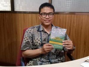 penulis buku menakar daya saing pertanian